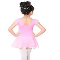 Scuola di ballo per ragazze e ragazzi dai 3 ai 4 anni.